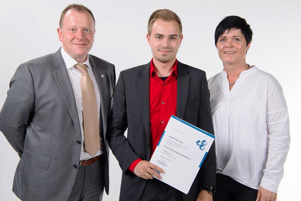 Jasper Dammann freut sich gemeinsam mit den beiden geschäftsführenden Gesellschafter/innen Elfi Gruß und Markus Kärcher vom Ausbildungsbetrieb workflow plus GmbH