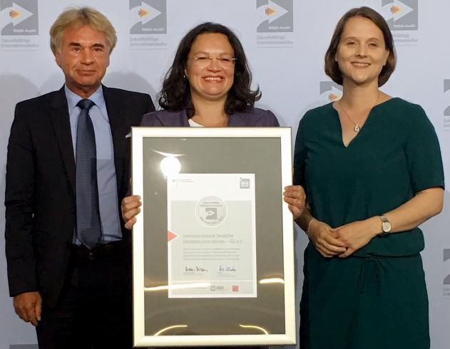 iGZ-Hauptgeschäftsführer Werner Stolz und Claudia Schütte, iGZ-Referentin der Geschäftsführung und Projektleiterin (r.), nahmen die INQA-Urkunde aus den Händen von Bundesarbeitsministerin Andrea Nahles entgegen.